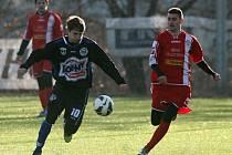 Úvodní zápas turnaje na Meteoru fotbalistům SK Kladno vyšlo, porazili Králův Dvůr 5:2. Vlevo útočí Jiří Růžička.
