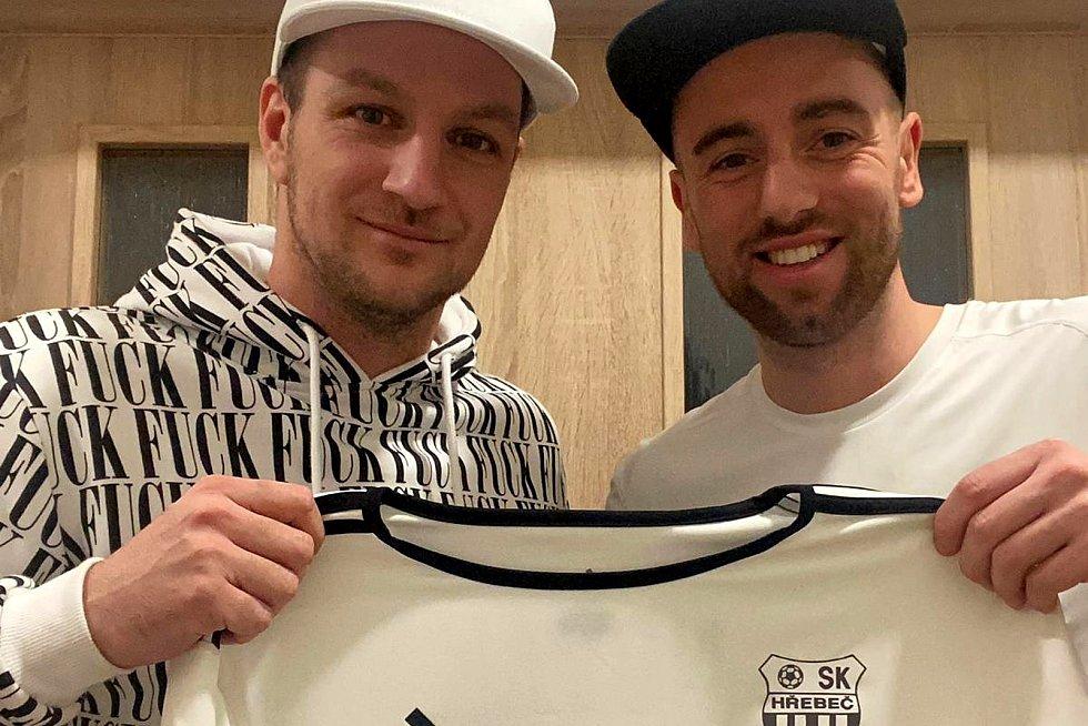 Tomáš Jablonský (vpravo) a Miroslav Novák s dresem SK Hřebeč.