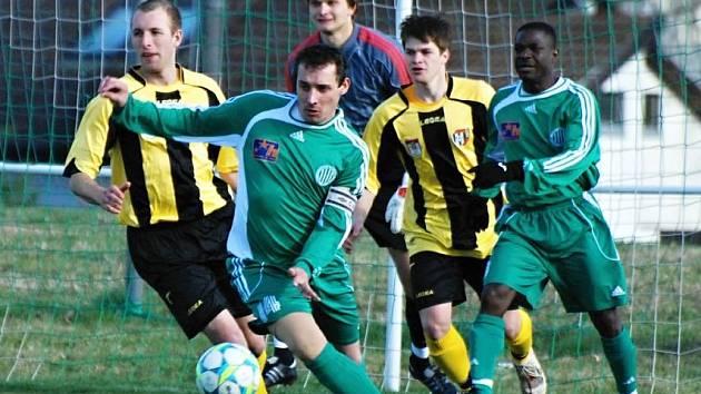 Michal Zachariáš (v zeleném) se v novém dresu Hostouně zatím netrefil. Exligový útočník dře, ale po více než roční pauze se do formy dostává ztuha. Klub na něj však netlačí.