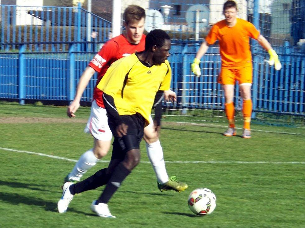 Slaný (ve žlutém) nečekaně doma prohrálo s Velimí. Jediný gól dal Ahmed.