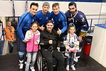 S nemocným Petrem Křepelkou se po utkání s Prostějovem vyfotili zleva Dan Kružík, Josef Zajíc, Adam Kubík a Ladislav Zikmund.
