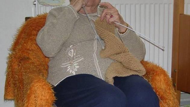 Obyvatelům domovů důchodců z kapesného příliš peněz na útratu nezbývá. Klientka Domova pro seniory v Kladně Antonie Kašparová tak místo posedávání v kavárně věnuje svůj volný čas pletení.