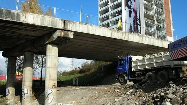 Demolice části rozdělovského mostu v roce 2008. Rekonstrukce tělesa byla dokončena o rok později.