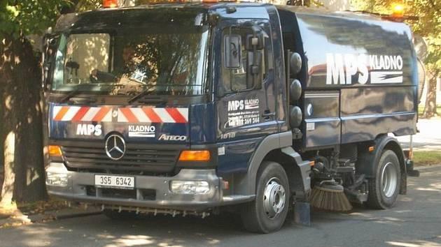 KROPÍCÍ VOZY. Velké čistící vozy jsou využívány zejména při zavlažovaní hlavních městských komunikací. Ty menší pak na pěších zónách.