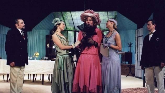 Divadelní představení Charleyova teta odehraje kladenská činohra již tuto neděli od půl deváté večer.