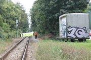 Neštěstí se stalo kousek od železničního přejezdu v místech, kudy si lidé často zkracují cestu na zimní stadion.