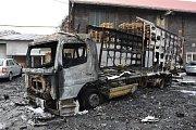 Požár po explozi v kladenském průmyslovém areálu zničil dvě auta.