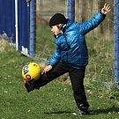 Nudící se chlapec předvádí své umění a míčem. A umí... // Čechie Velká Dobrá - SK Lhota 1:2 (1:1), utkání I.A, tř. 2011/12, hráno 14.4.2012
