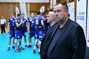 Volejbalisté Kladna (v modrém) po výborném výkonu porazili doma Karlovarsko 3:1. Kouč Milan Fortuník