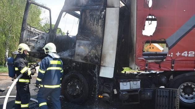 Nehoda a požár kamionu u Luníkova na silnici I/16