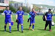 Králův Dvůr ( v modrém) přehrál v ČFL Velvary rekordně vysoko 8:1.