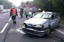 Nehoda na I/7, renault skončil po havárii na střeše