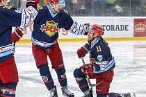 David Růžička (vlevo) gratuluje Rastislavu Špirkovi při slovenském Winter Classics