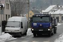 Rychle projíždějící auta a nadměrné množství nákladních vozidel projíždějících obcí. To v současné době trápí obyvatele Družce na Kladensku.