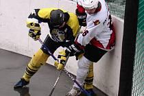 Možná trochu deštivá bitva čeká hokejbalisty o nadcházejícím víkendu na kladenském zimním stadionu.