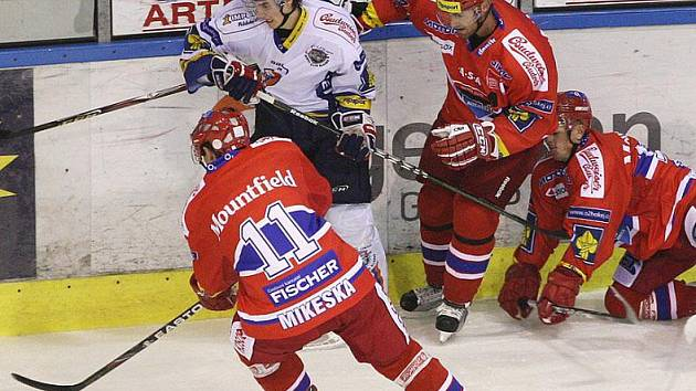 Tomáš Knotek (v bílém) ještě v dresu áčka v přípravě s Budějovicemi.