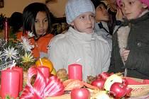 Drobné dárky v podobě perníčků a ozdob si z výstavy odnesli třeťáci ze Základní školy v Ukrajinské ulici v Kladně.