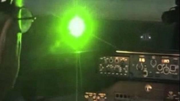 Útok laserem na letadlo