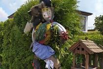 Čarodějnice reprezentující obec Lhota.