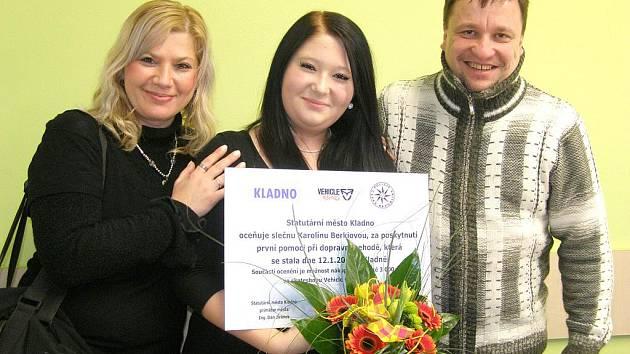 Karolína Berkiová se svými hrdými rodiči. Za svou odvahu a duchapřítomnost dostala ocenění města Kladna a také drobné dárky.