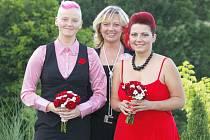 PETRA A LUCIE jsou pyšné na to, že už nejsou slečny, ale paní. Fotografovi po uzavření registrovaného partnerství zapózovaly i s matrikářkou Jaroslavou Vrňákovou (uprostřed).