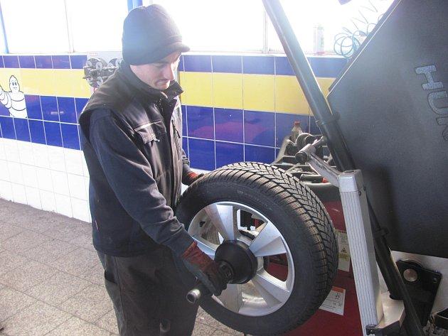 ZIMNÍ PNEUMATIKY by řidiči měli mít na svých vozidlech až do 31. března.