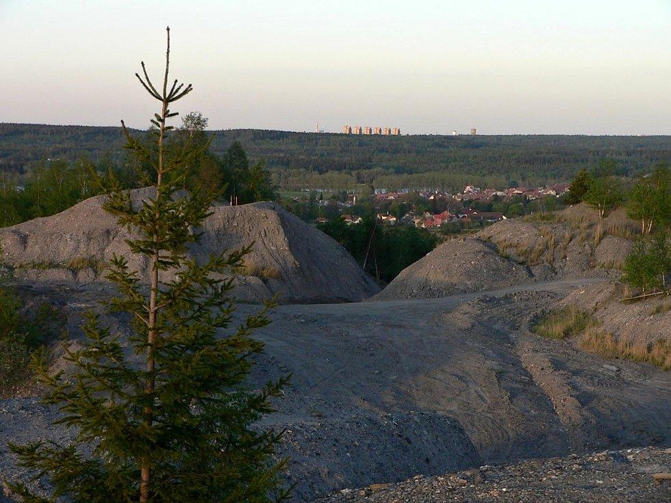 Halda neboli odval po dole Tuchlovice (dříve Nosek) před rekultivací.