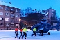 Záchranářský vrtulník přistál na rohu Vodárenské ulice.