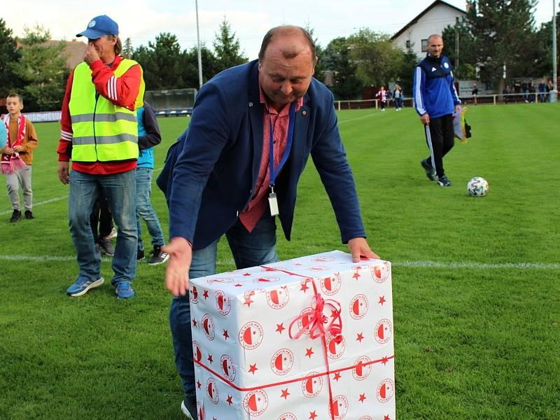 Fotbalová bomba tikala ve Velvarech, domácí ji ale neodpálili úplně a Slavia zápas o postup do osmifinále MOL Cupu zachránila. Vyhrála 4:2. Slavia předala velvarskému šéfovi Vedralo sekačku