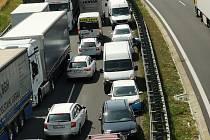 Záběr vozidel jedoucích po dálnici D7 na 17. kilometru  v protisměru.