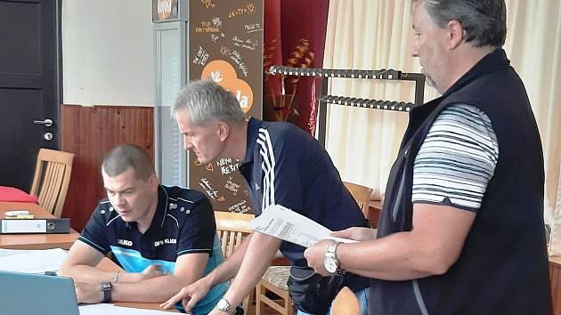 Na losu okresních fotbalových soutěží diskutují předseda komise mládeže Martin Cílek a sekretář Baníku Libušín Milan Drahoš.