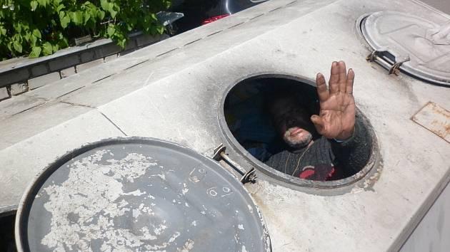 Uvězněný bezdomovec nadšeně mává svým záchranářům.