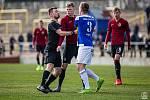 Josef Krejsa, nový člen skupiny ligových rozhodčích, tady je v akci při vyhroceném duelu Domažlice - Sparta B. Uklidňuje i Filipa Panáka (v rudém).