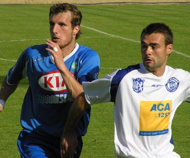 Jan Procházka (vlevo) proti Kladnu, žádná změna. Tady bojuje s Pavlem Velebou.