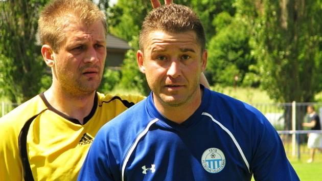 Martin Jícha (v modrém) nabídl Deníku pózu, ale slánský Tibor Kostovčík ho s výrazem anglického lorda potrestal, ukázováček a prostředníček se objevily nad Jíchovou hlavou.