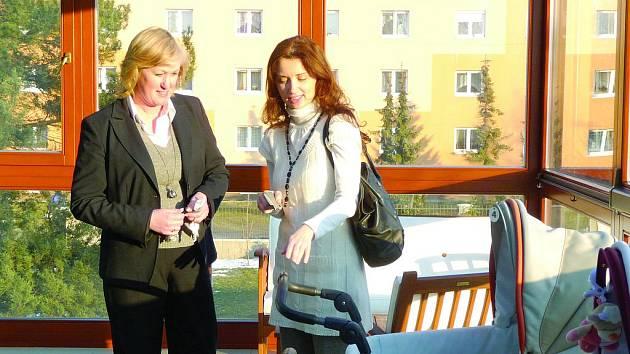 MONIKA ŠIMŮNKOVÁ (vpravo) s ředitelkou Dětského domova v Kladně Hanou Gabrielovou.