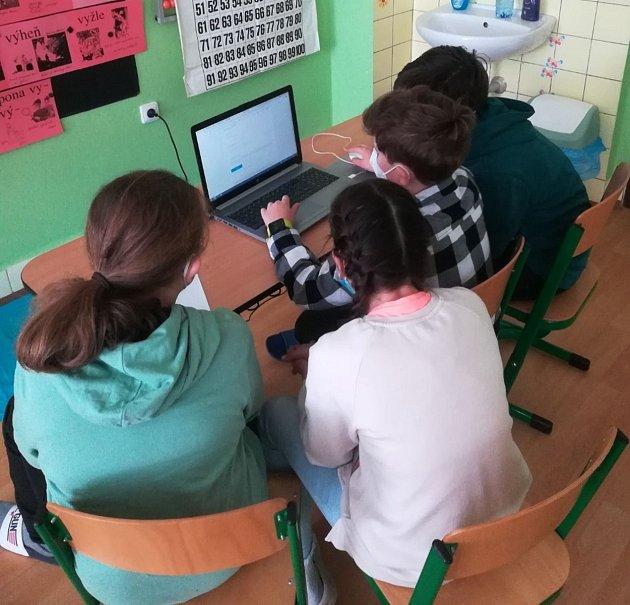 Děti zvinařické školy, které se účastnily soutěže ve finanční gramotnosti.