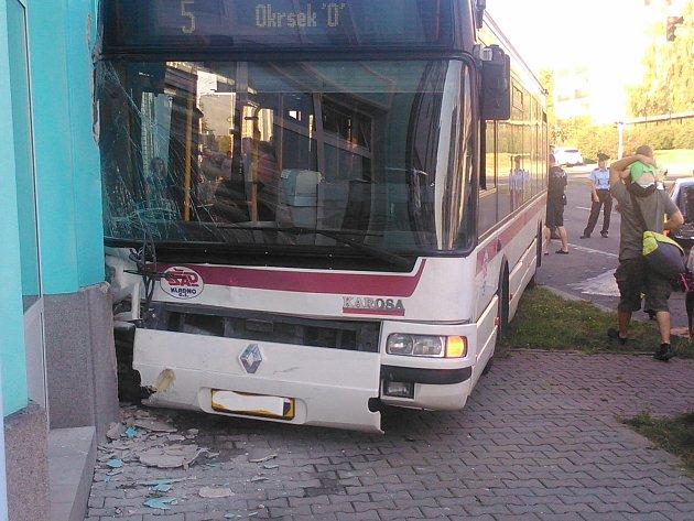 Pondělní nehoda autobusu na třídě Čs. armády v Kladně.