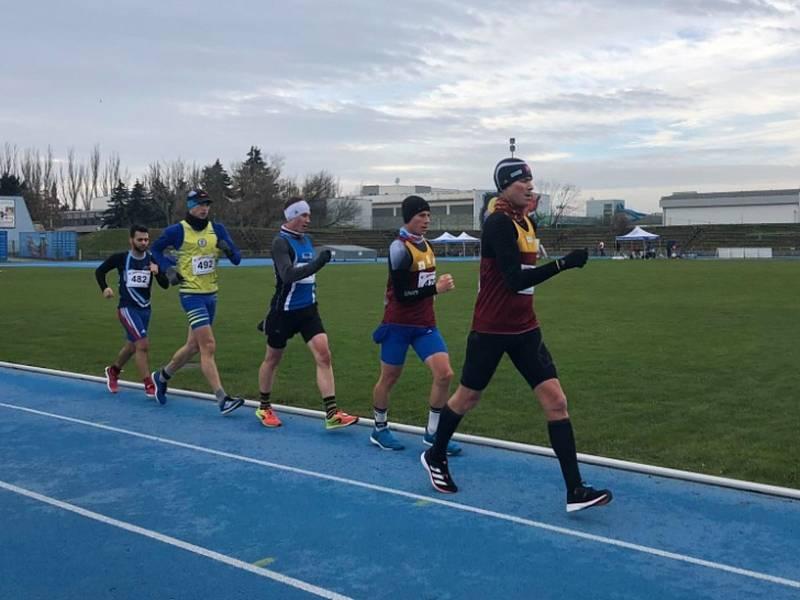 Pole chodců při společném mistrovství ČR a Slovenska na 50 kilometrů v Trnavě vede olympijský vítěz Matej Tóth, Vít Hlaváč jde na čtvrté pozici.