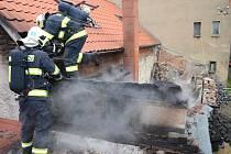 HASIČI LIKVIDUJÍ na střeše rodinného domu V Uličkách ve Smečně úterní ranní požár. Velkým štěstím v domě nikdo nezahynul. V ohrožení byla matka s batoletem.