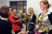 AUTORKY výstavy Lenka Brtinská (vpravo skvětinou v ruce), Magdaléna Staňková (v pozadí s květinou v ruce).
