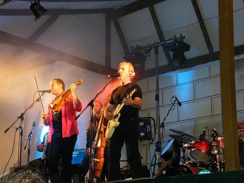 Druhý koncert skupiny Čechomor na Křivoklátě. Letos ho navštívilo více než 1500 platících diváků. Jedinečnou podívanou si nenechala ujít ani řada Kladeňáků.