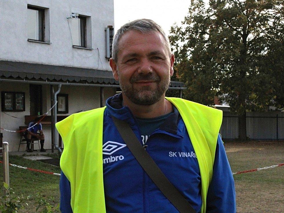 Fotbalový detektiv zavítal na hřiště SK Vinařice. Tady je předseda Jan Šašek