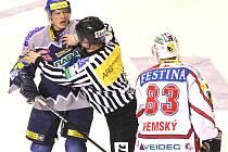 Šestý zápas čtvrtfinále play off 2005, Kladno přehrálo Pardubice 2:1. Martin Ševc se sápe na Aleše Hemského