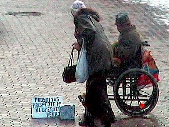 Muž žebral peníze na operaci nohou. Takto jej zachytila policejní kamera.