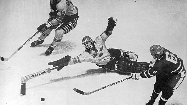 Legendární hokejista Kladna Milan Nový na Izvestijích v roce 1976 takhle překonal švédského brankáře Görana Högostu.