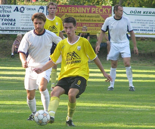 Záložník Pazdera (vlevo) sice jeden gól dal, ale také zavinil rozhodující trefu v 90. minutě.