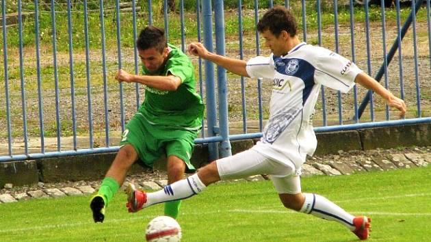 Marek Tóth (v bílém) atakuje karlovarského obránce.