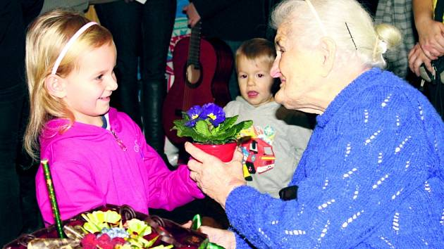 PŘÍBUZNÍ, VEDENÍ OBCE, sousedé a přátelé přišli paní Vlastě Kohoutové popřát  ke stým narozeninám na oslavu uspořádanou v podlešínském  pohostinství.