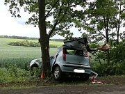 Krátce před polednem naboural v neděli  fiat v Dolanech u Kladna do stromu. Zranění jsou vážná.